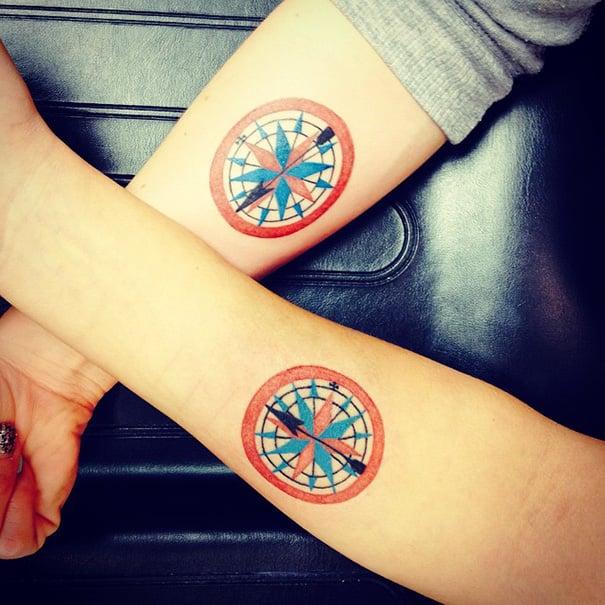 tatuaje hermanas brújula