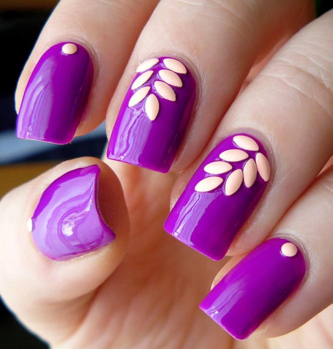 Ногти украшены фиолетовым запахом