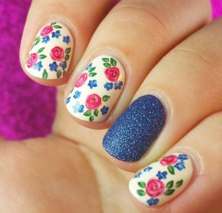 Декорированные ногти с розовыми розами и ногтем синего цвета