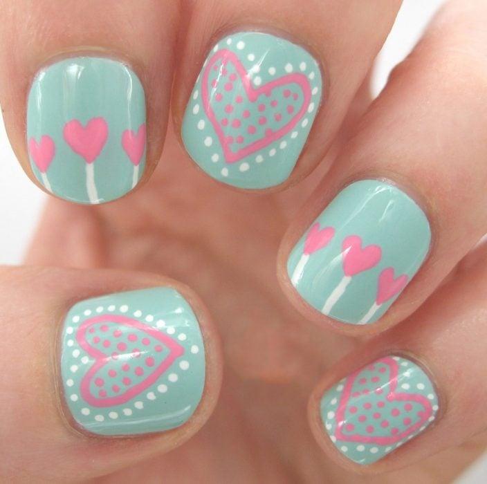 Ногти, украшенные в мятный цвет с сердцами в розовый цвет