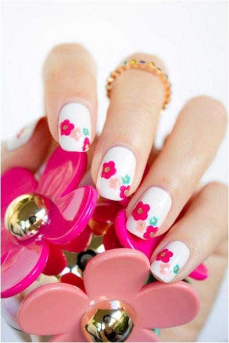 Ногти украшены красочными цветами