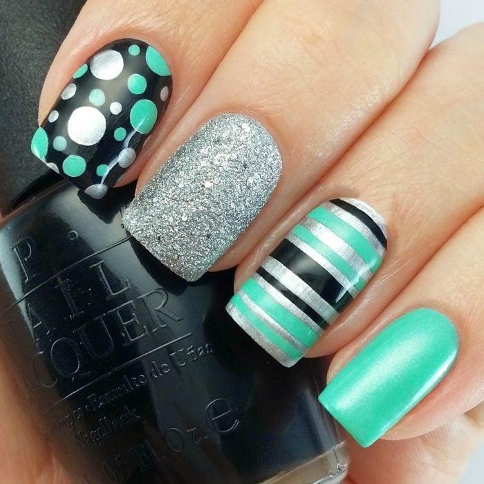 Ногти украшены в мятно-зеленый с серебряным покрытием