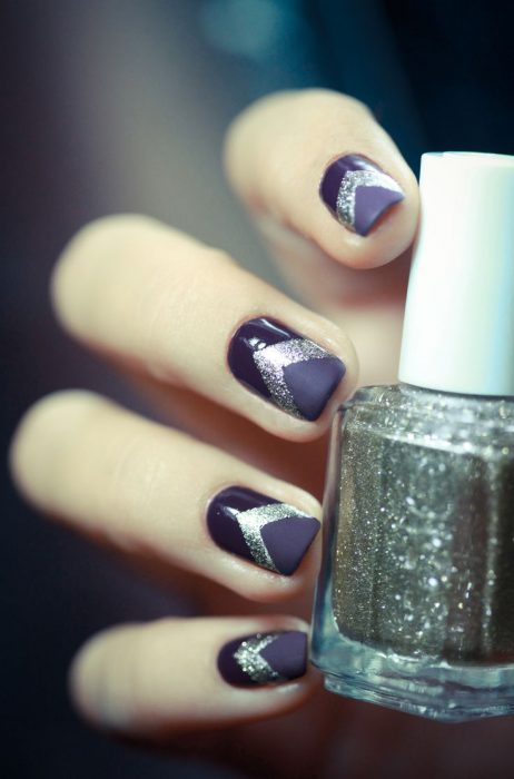 Uñas decoradas en color morado con dorado