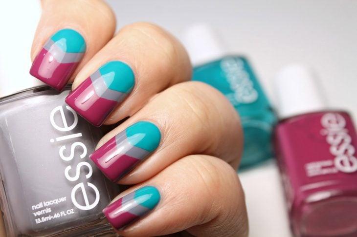 Ногти украшены сливовым и синим цветом