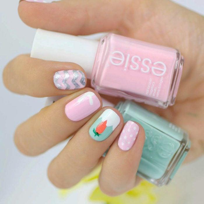 Uñas decoradas en color rosa con una zanahoria