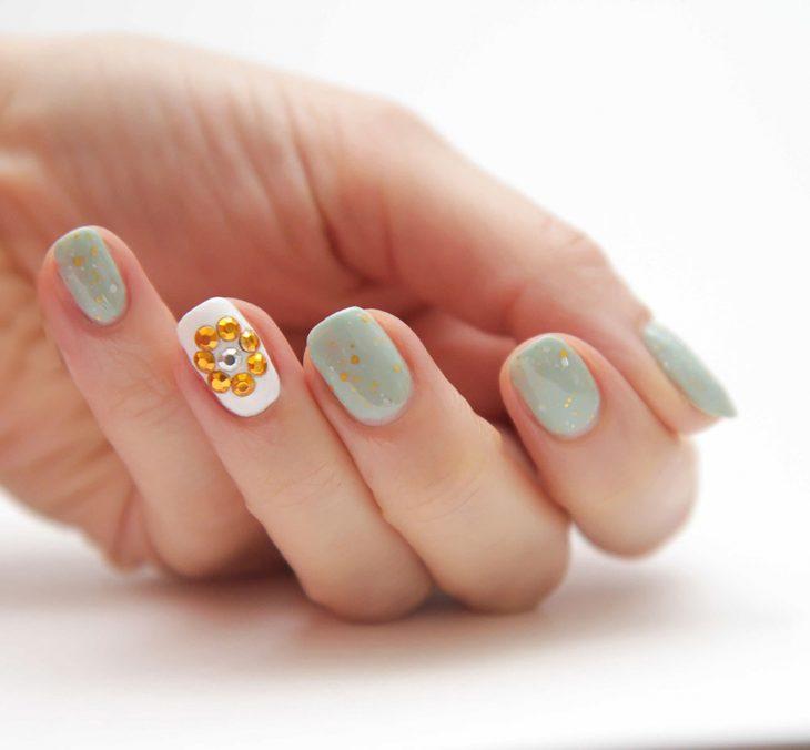 Ногти оформлены в мятно-зеленый с желтым медведем