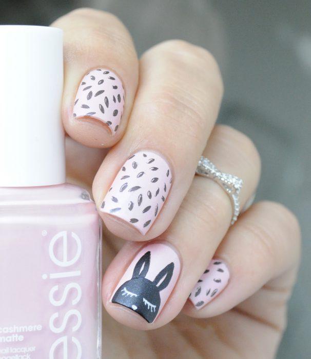 Ногти, украшенные в розовый цвет с кроликом в черный цвет