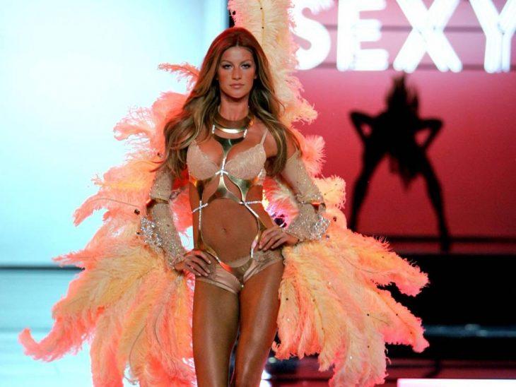modelo rubia en bikini y alas de angel