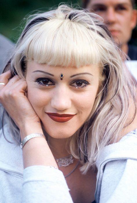 chica con cabello rubio y tatuaje en la frente