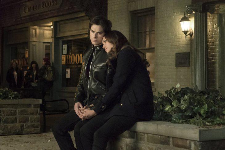 Escena de la serie the vampire diares. Damon y elena conversando