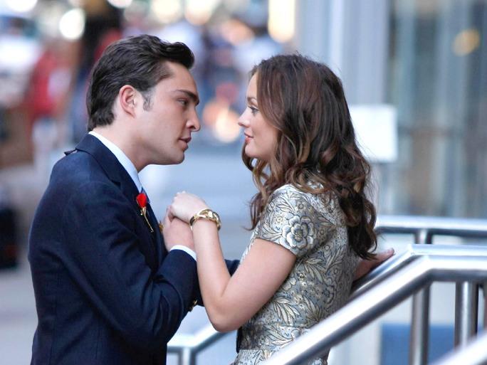 Escena de la serie gossip girls. Chuck besando la mano de blair
