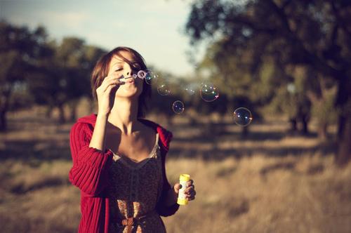 Chica reventando burbujas