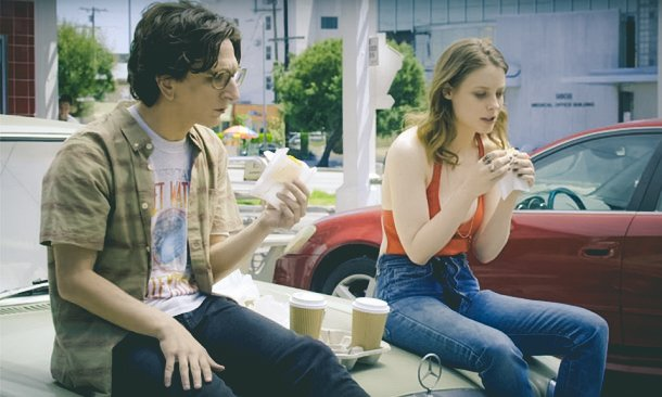 pareja comiendo sadwich