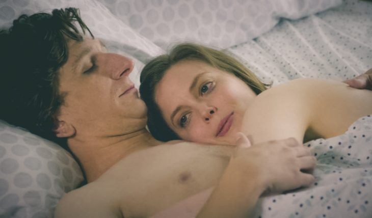 gif pareja en cama