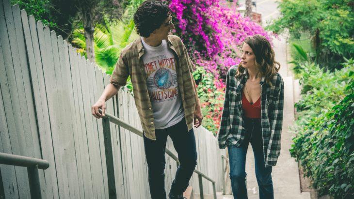 pareja platicando subiendo escaleras