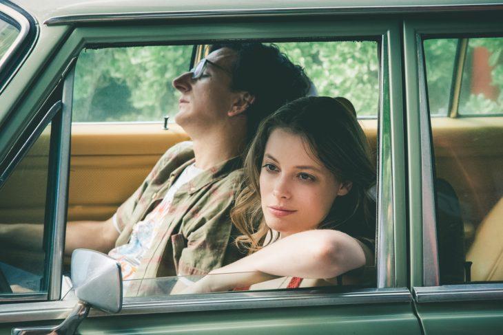novios dentro del coche