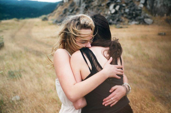 Chicas abrazadas dándose un abrazo