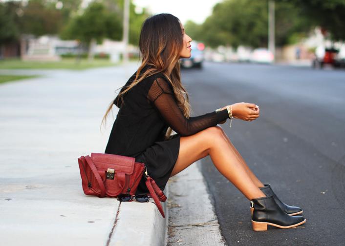 Chica sentada en la acera pensando