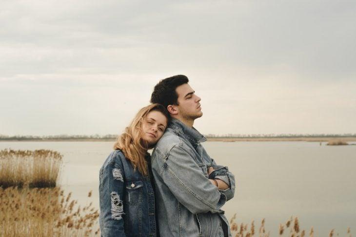 pareja joven en un lago al atardecer