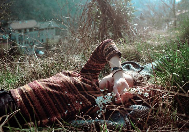 chica recostada en el pasto