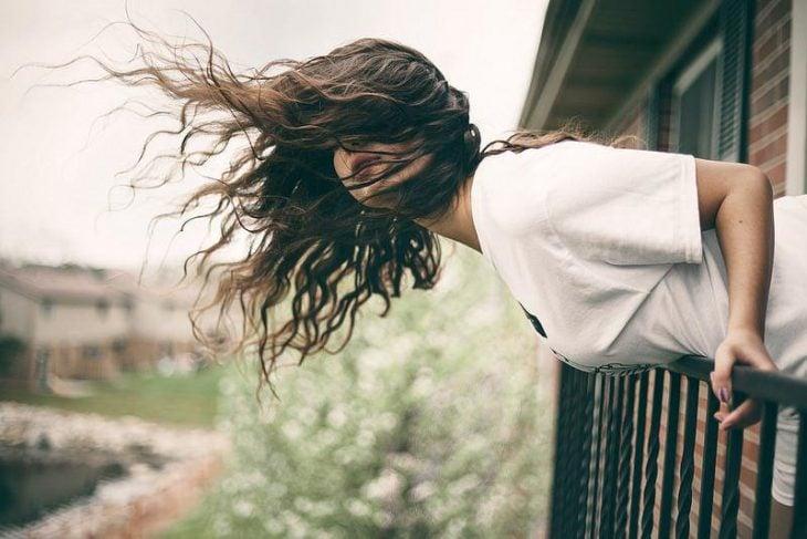 chica con el cabello al aire