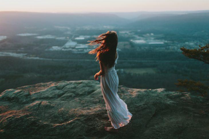 mujer sola en montaña