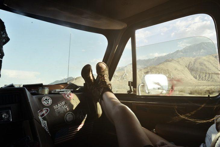 pies de mujer en camioneta