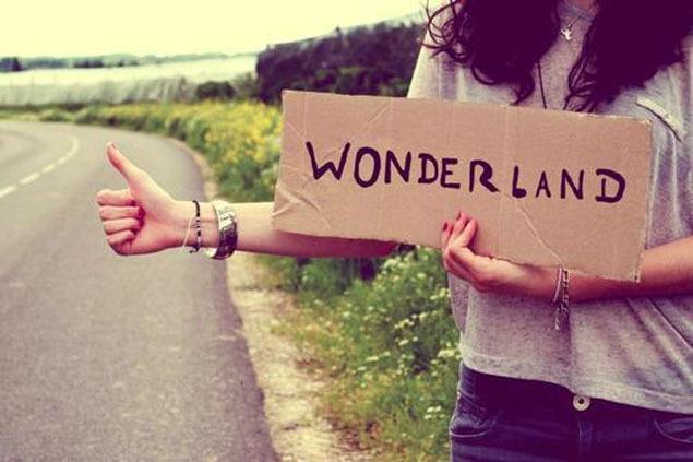 chica con letrero de wonderland
