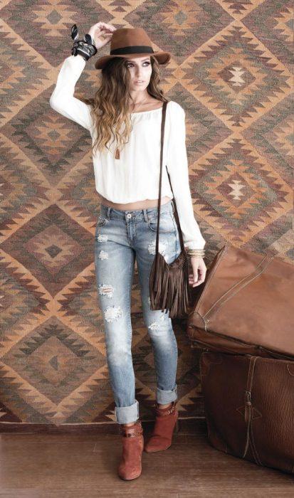 jeans rotos y una blusa bohemia look casual