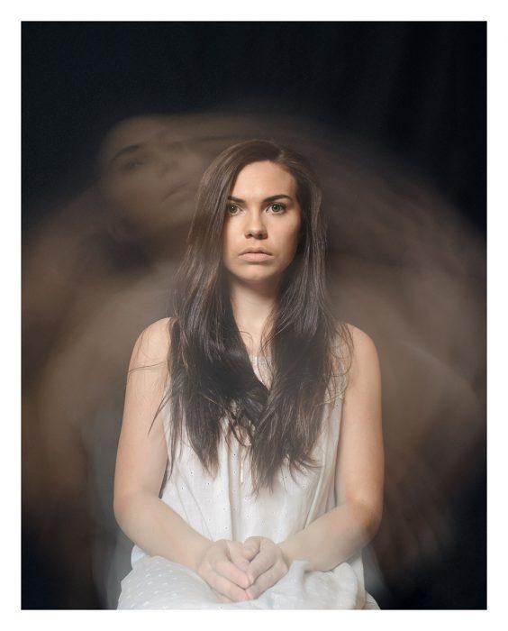 Mujer sentada con cabello largo mirando al frente