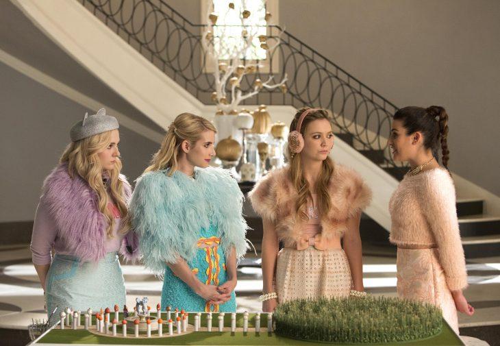 Escena de la serie scream queens chicas frente a una maqueta