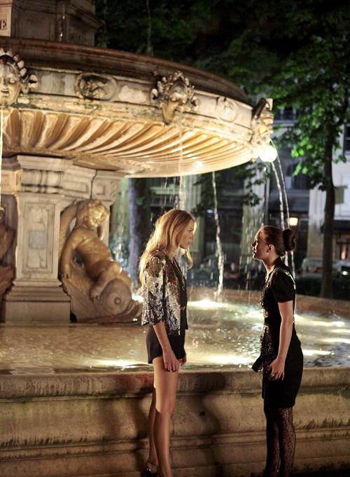 Escena de la serie gossip girls blair y serena hablando frente a una fuente