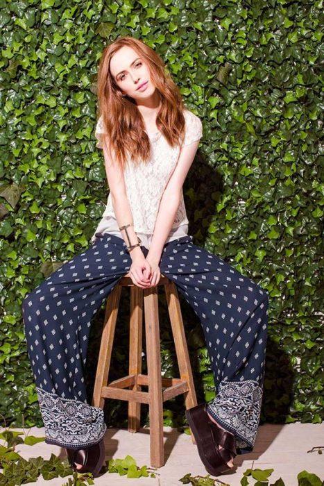 pantalones holgados estampado bohemio y sandalias plataforma