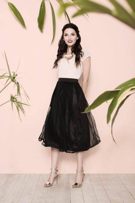 maxi falda 50s con tacones y blusa blanca look