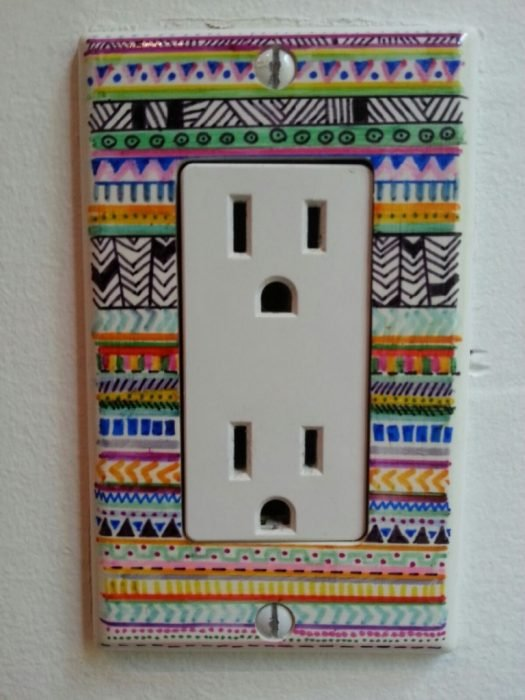 decoración con sharpie de caja de enchufe de luz