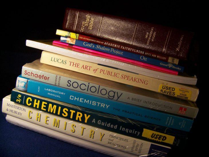 libros de texto apilados quimica sociologia
