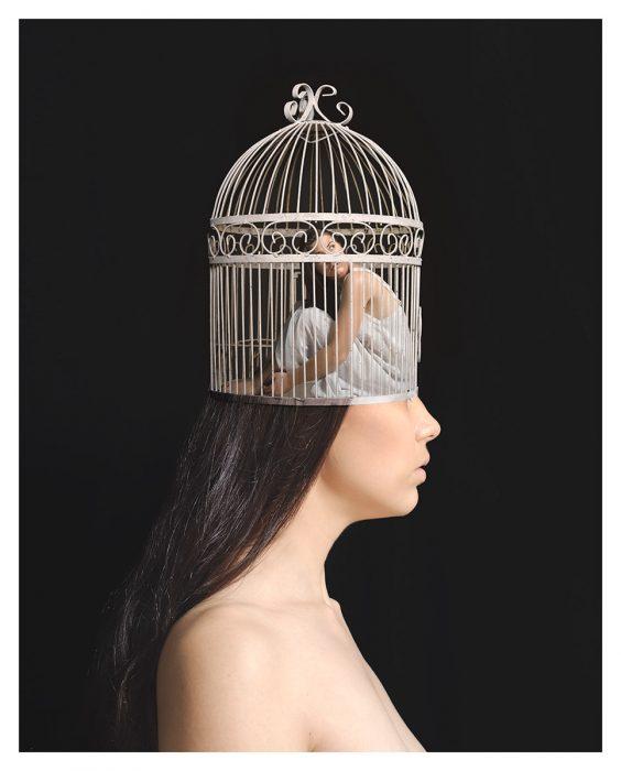 mujer con jaula en su cabeza