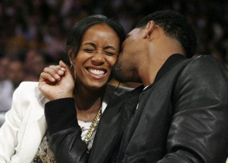 pareja riéndo juntos y se besan will smith