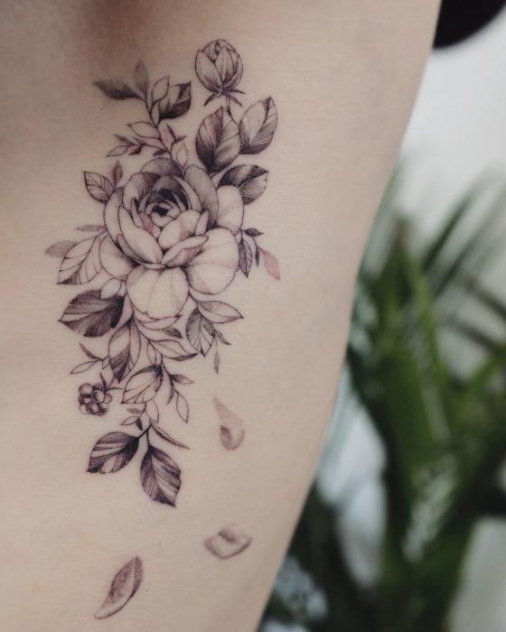 tatuaje costillas flor camelia