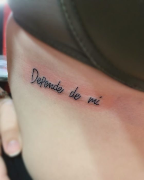 tatuaje en costillas frase depende de mí