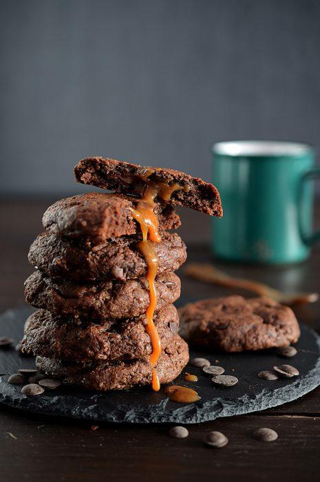 galletas de chocolate rellenas de caramelo y nutella