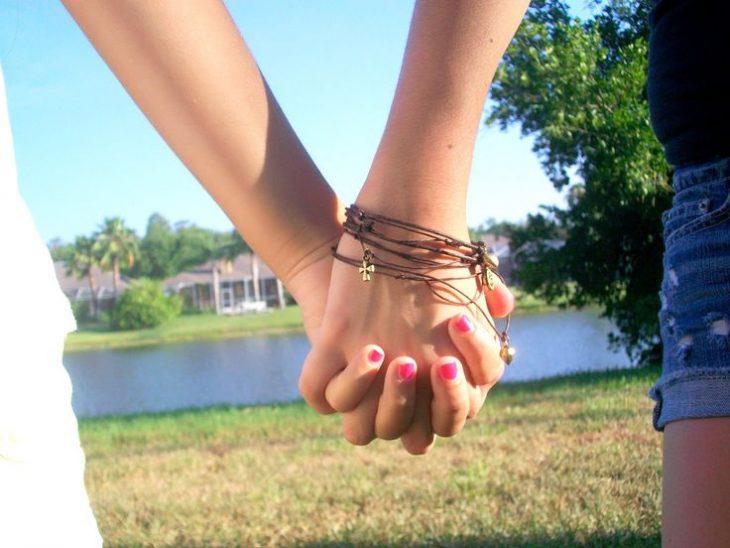 manos amigas entrelazadas