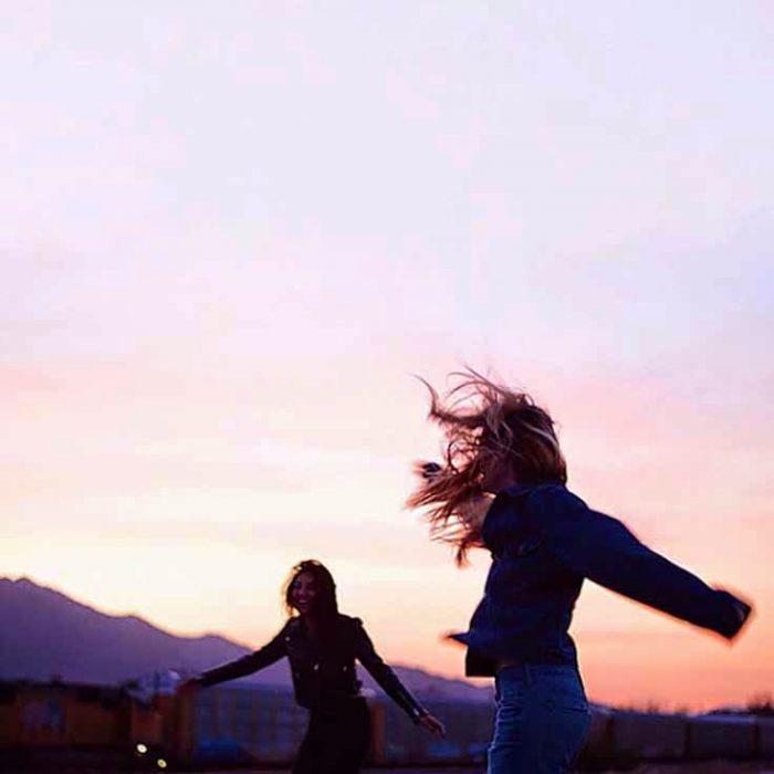chicas bailando al aire libre