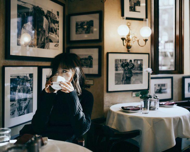 chica tomando café