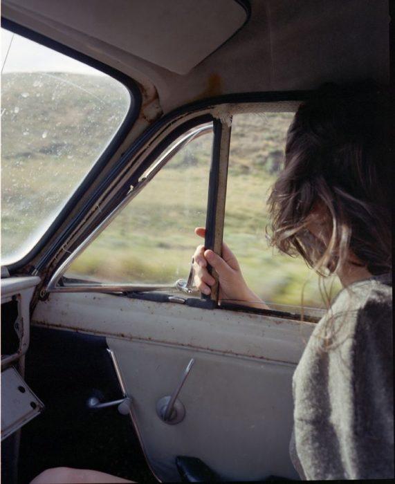chica de viaje en coche