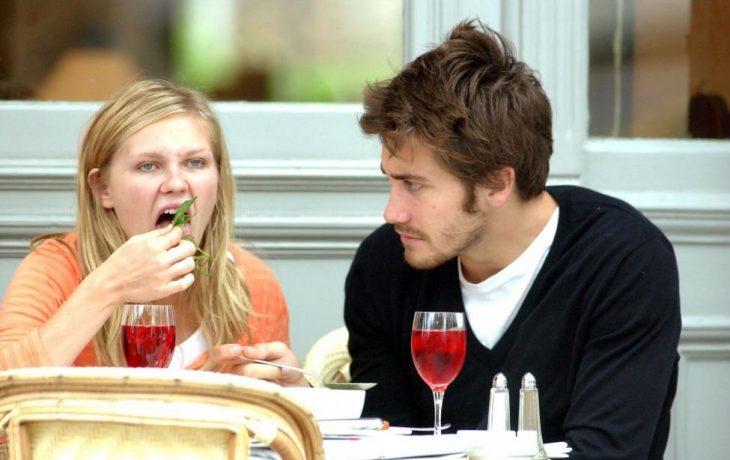 Kristen Dunts comiendo junto a un chico