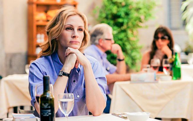 mujer comiendo sola pensativa