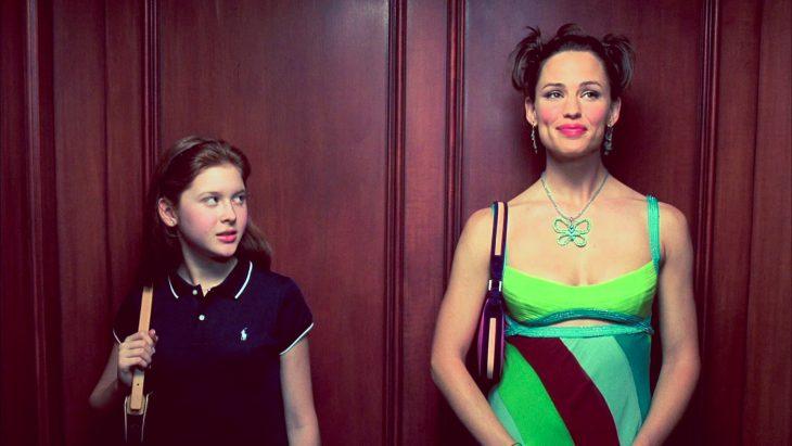 niña y mujer adulta en elevador