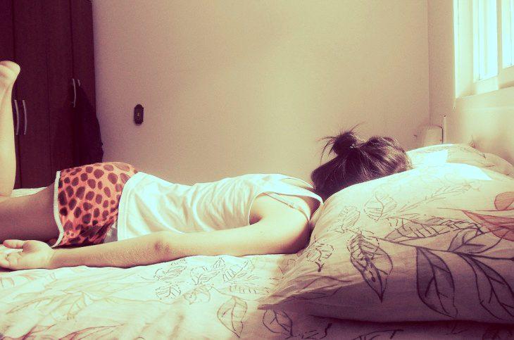 chica acostada en cama boca abajo