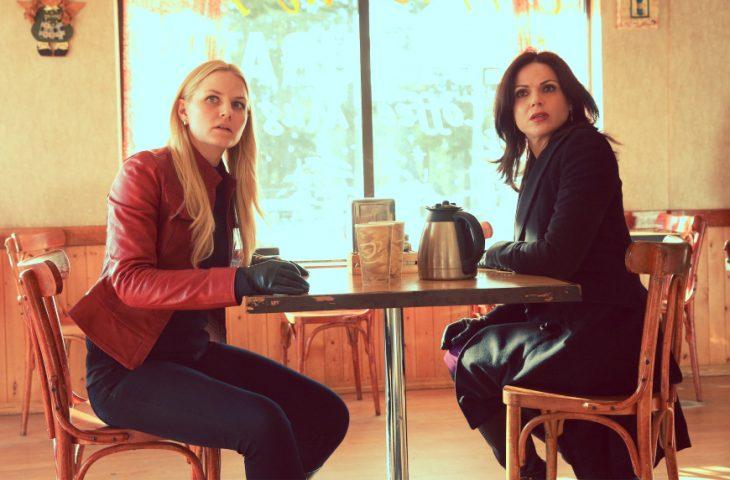 chicas sorprendidas en cafetería
